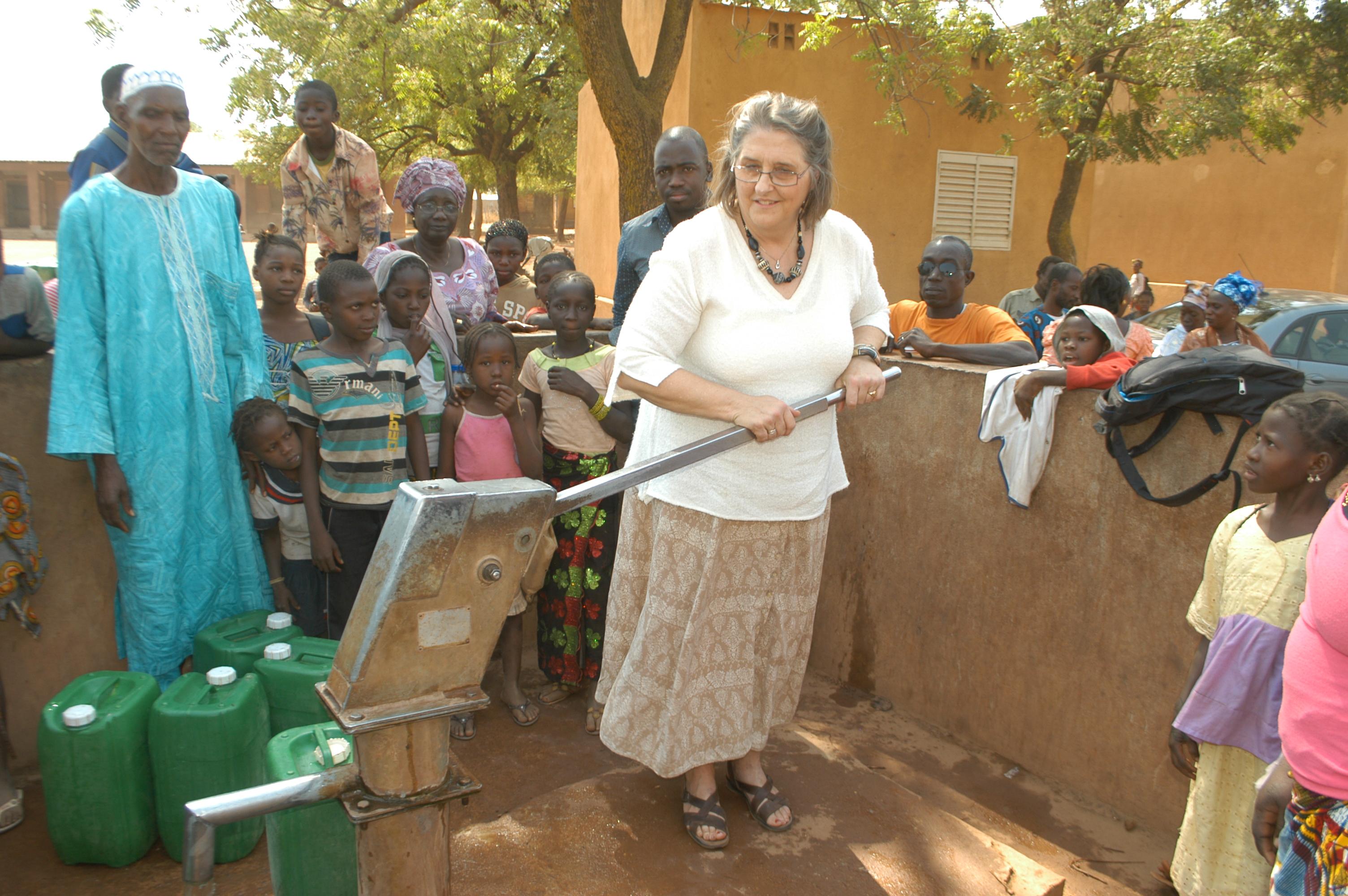 KULU's forkvinde ved vandpumpe i Narena, Mali